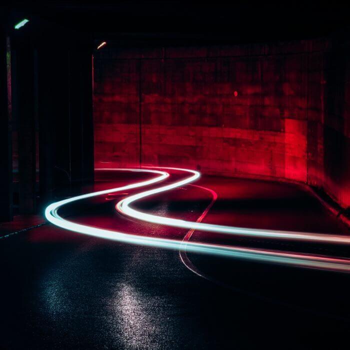 Rote Straße mit weißem Streifen