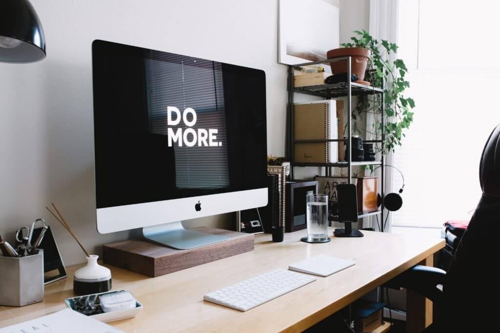 """Monitor mit Schriftzug """"Do more"""""""