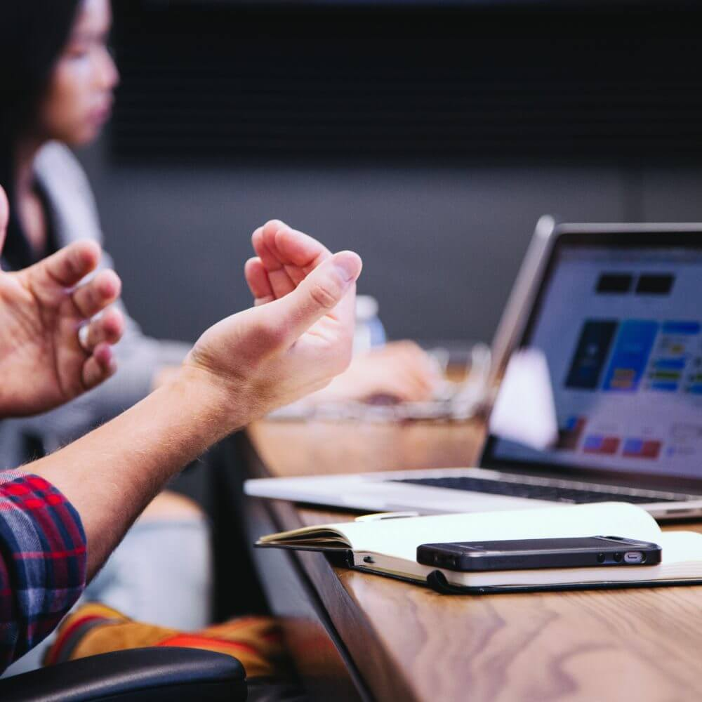 Marketingexperte vor einem Laptop