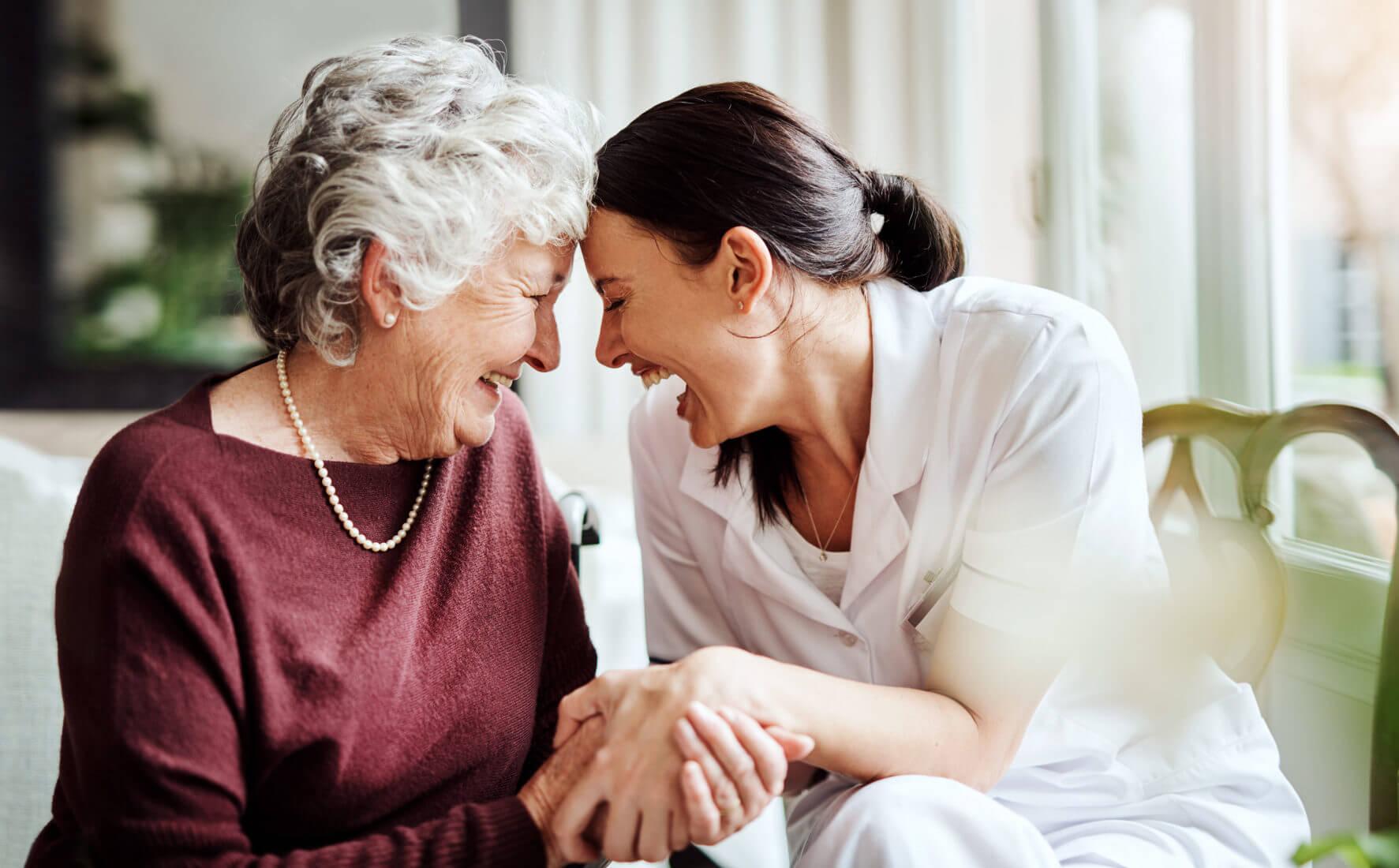 Pflegekraft und ältere Dame