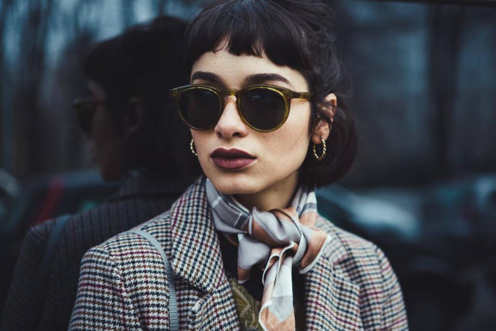 Frau mit Sonnenbrille und Schal