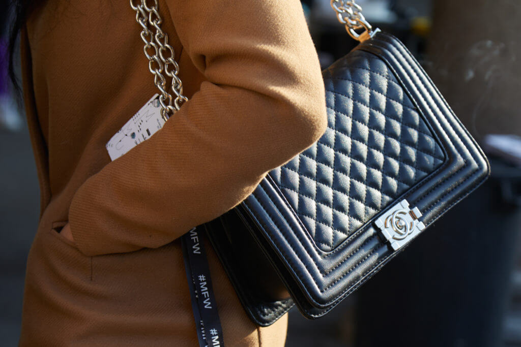 Frau mit schwarzer Chanel Ledertasche