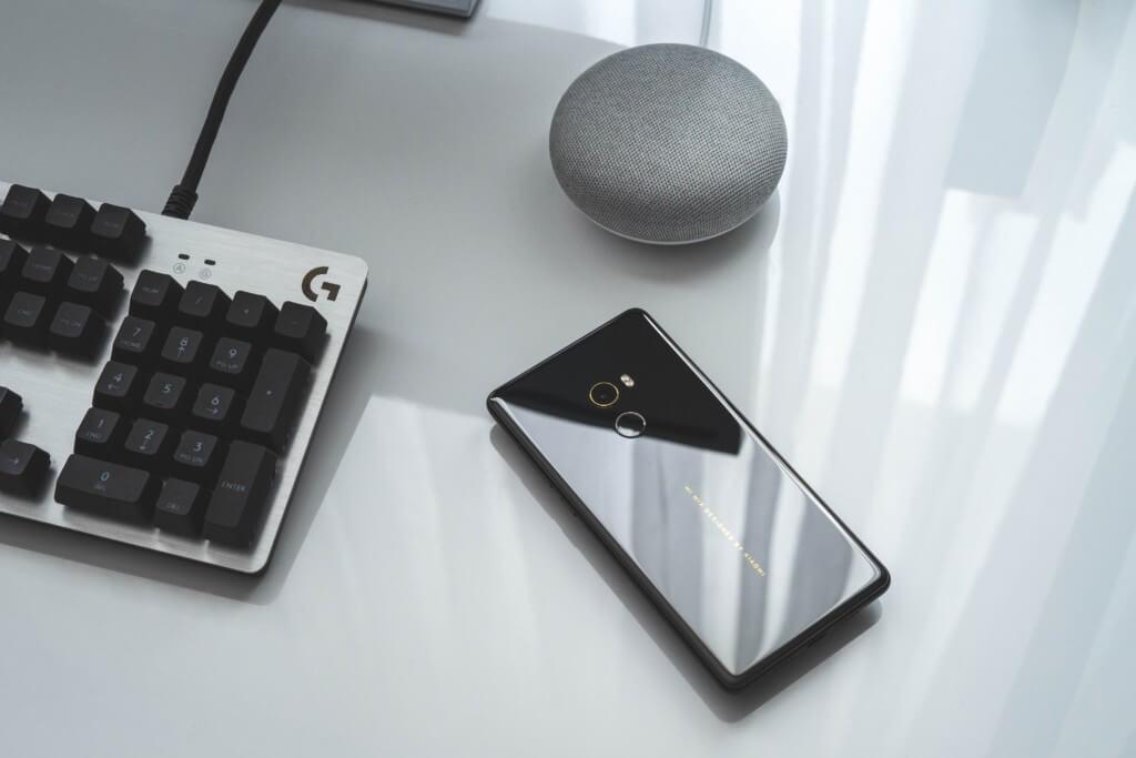 Tastatur, Smartphone und Speaker