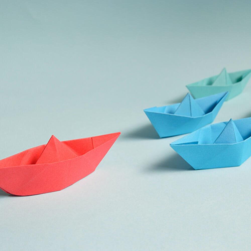 rote und blaue Papierschiffchen