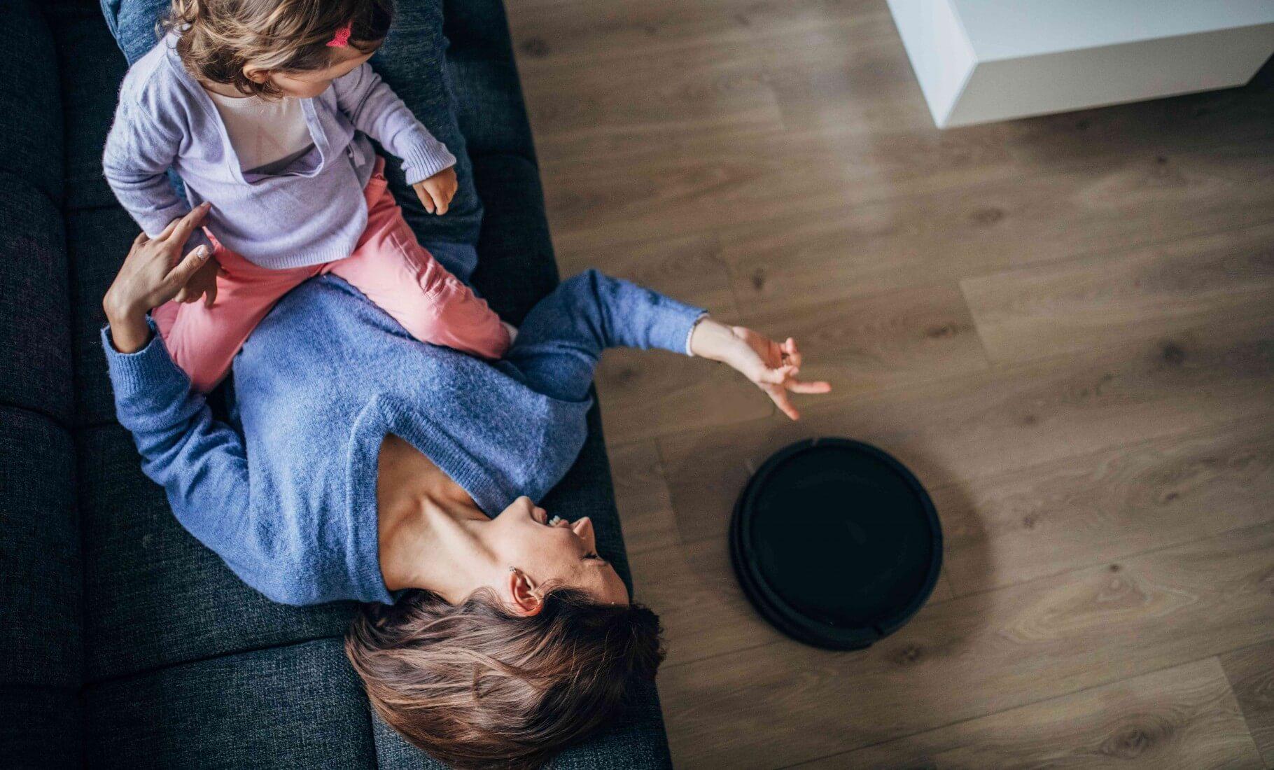 Frau und Kind schauen auf ein Smart Home Gadget