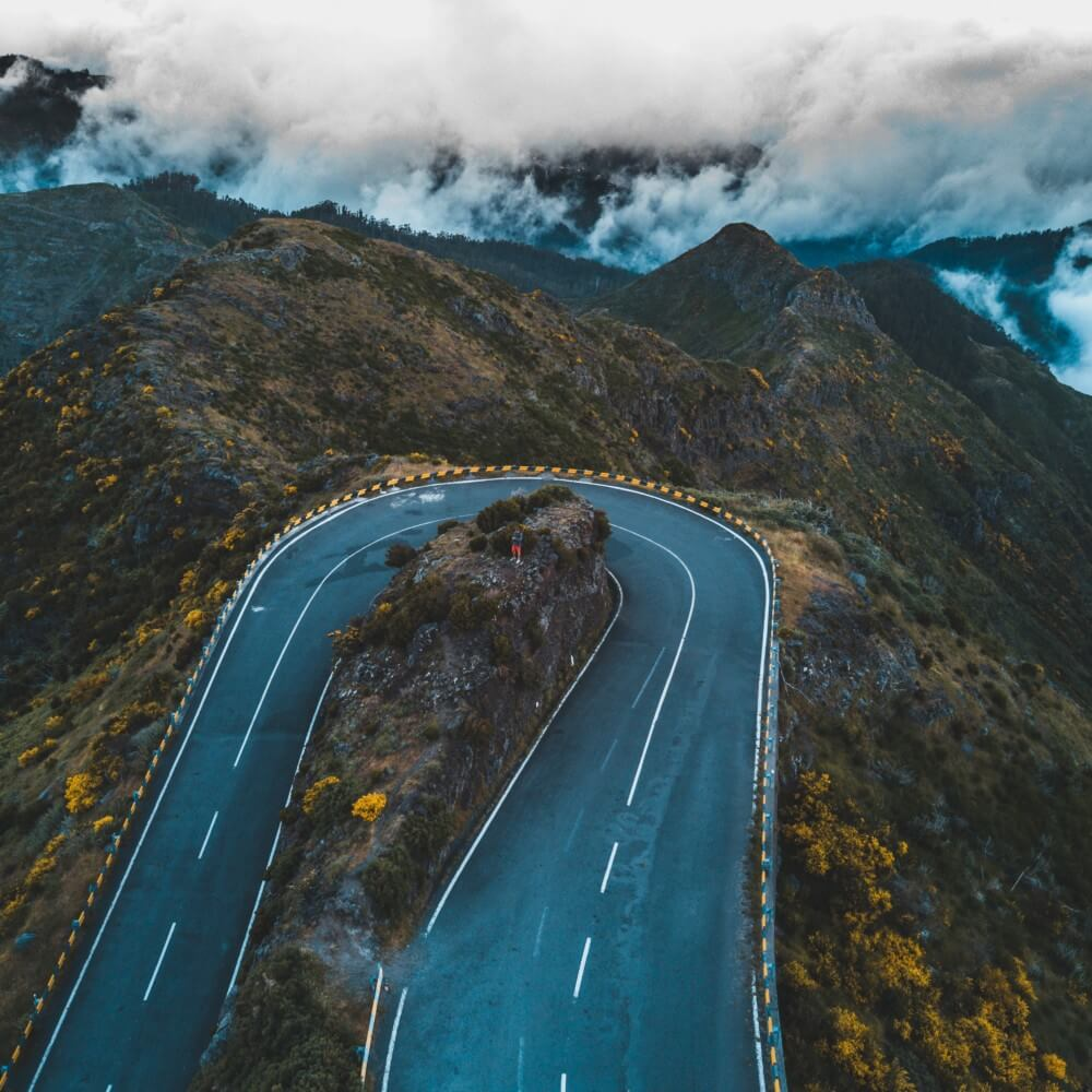 Blaue Straße in den Bergen