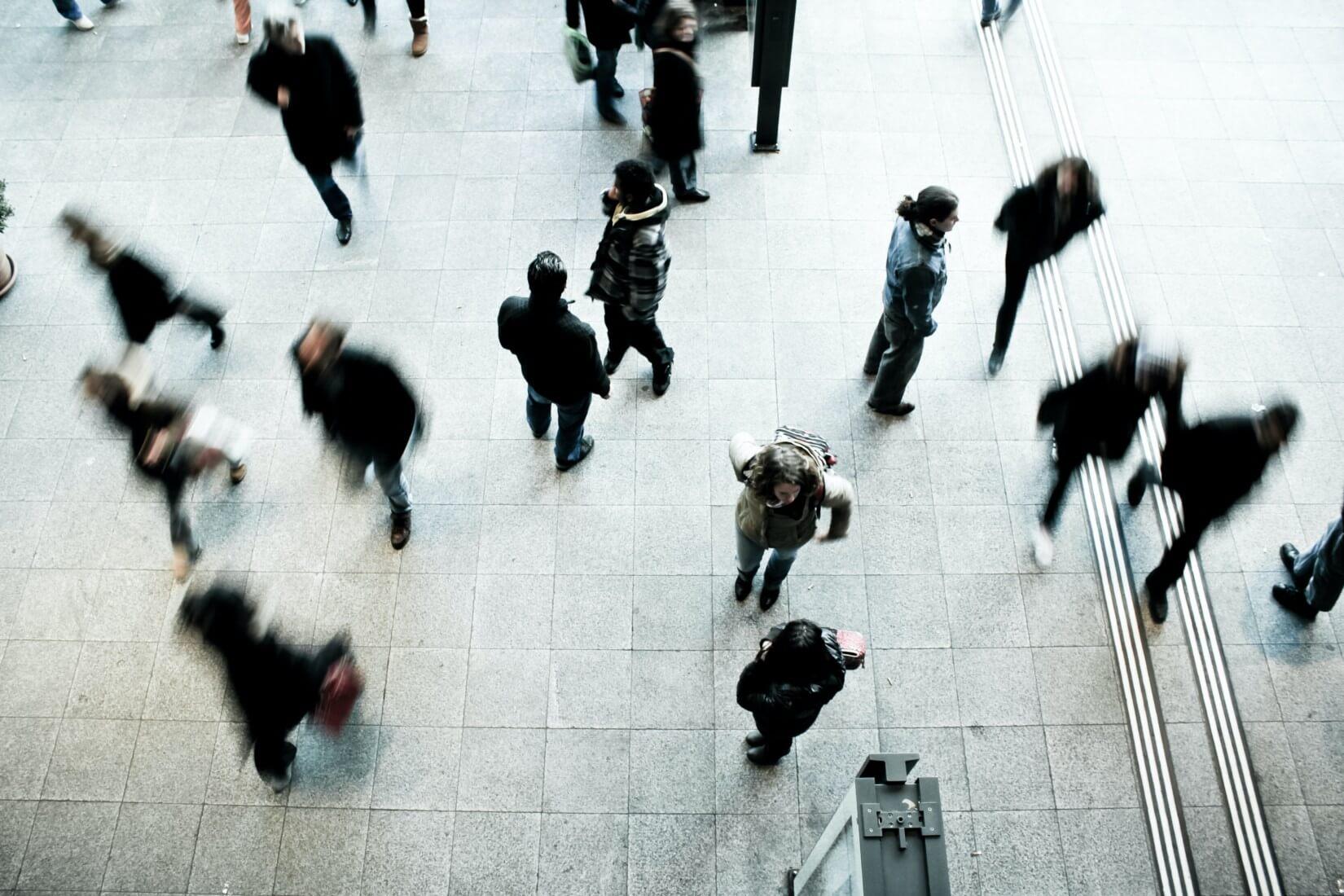 Ausschnitt einer Straße mit Menschen von oben