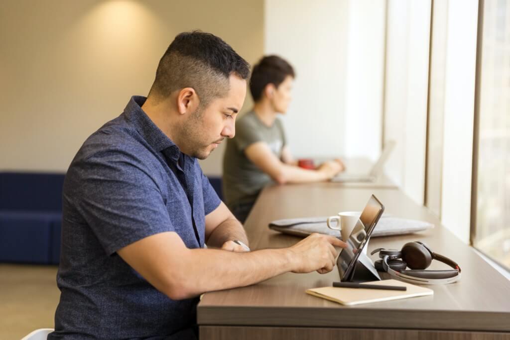 Azubi lernt am Tablet mit der eCademy App