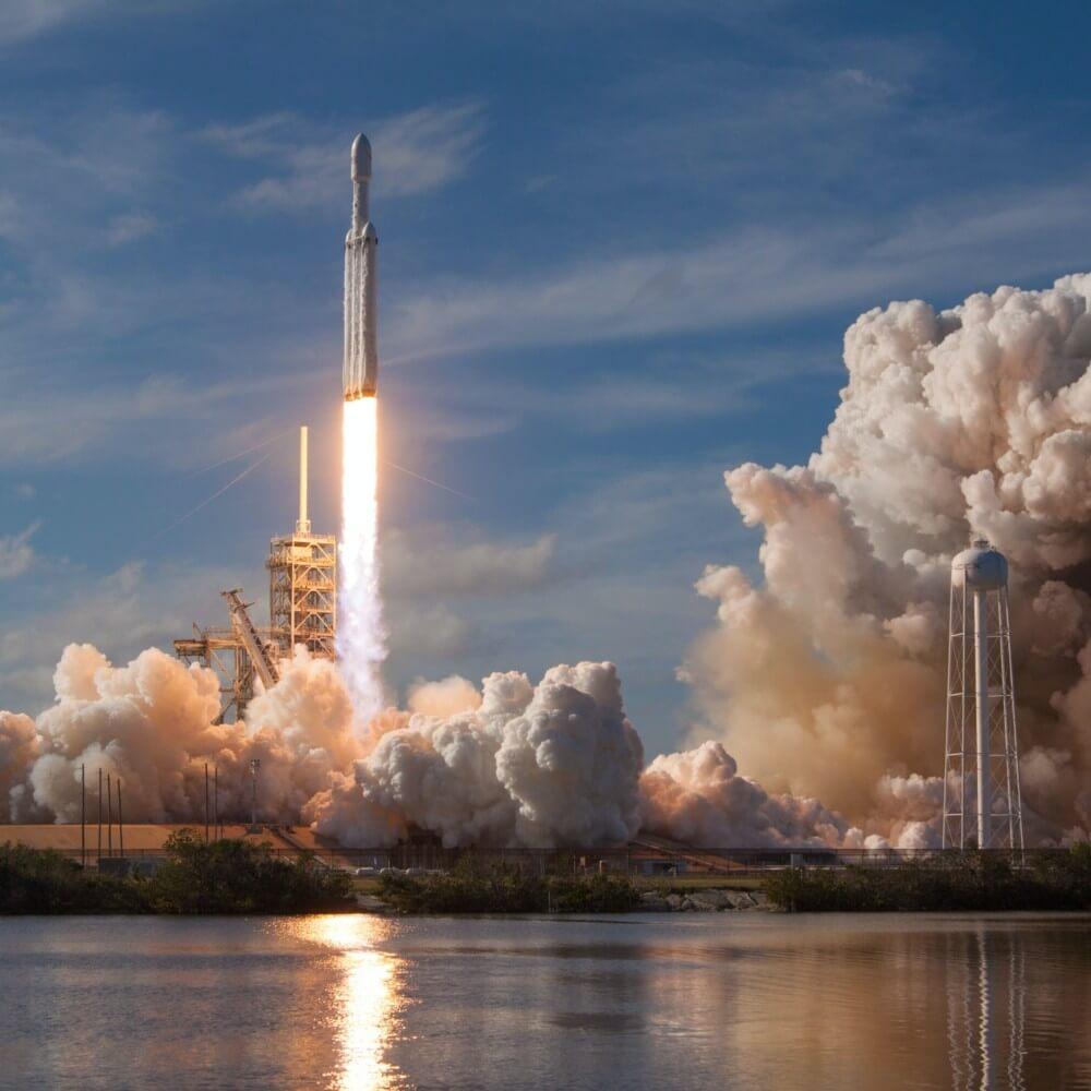 Raketenstart mit sichtbarer Druckwelle
