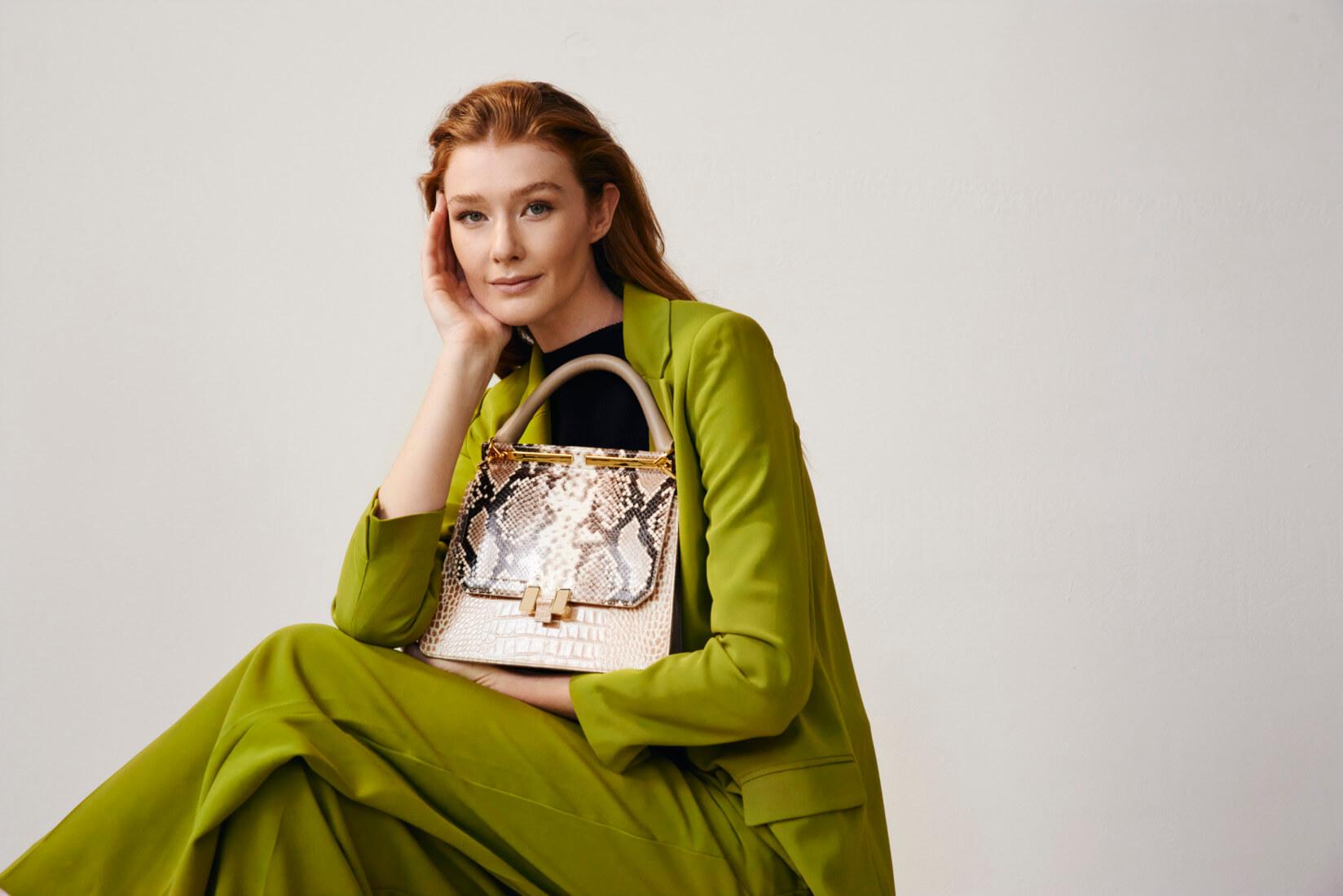 Modell mit Maison Heroin Handtasche