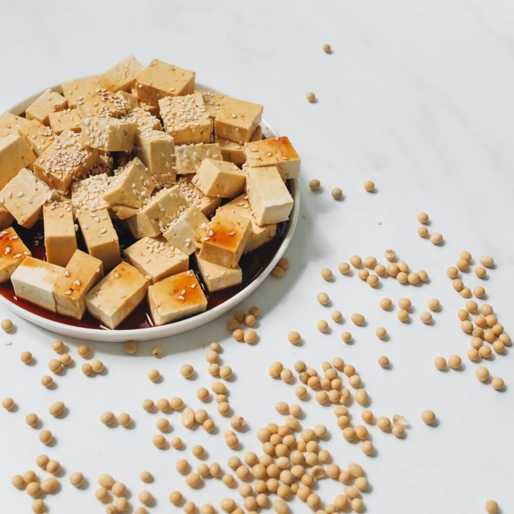 Schüssel mit Tofu und Kichererbsen daneben