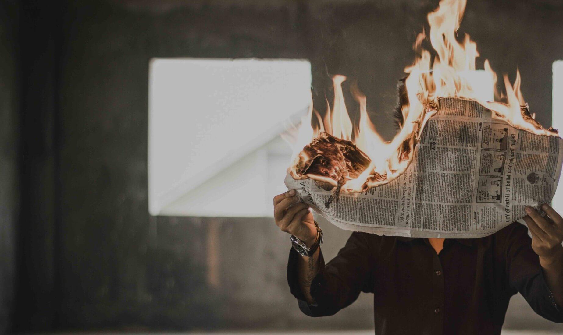 Marketing Manager liest brennende News