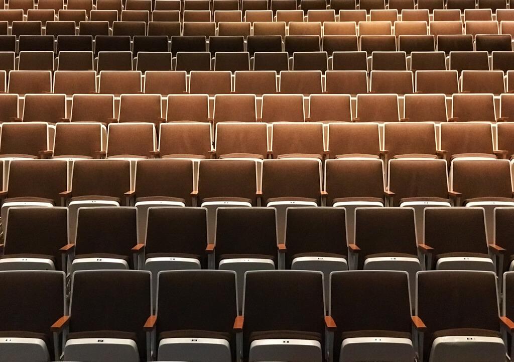 Braune Stuhlreihen