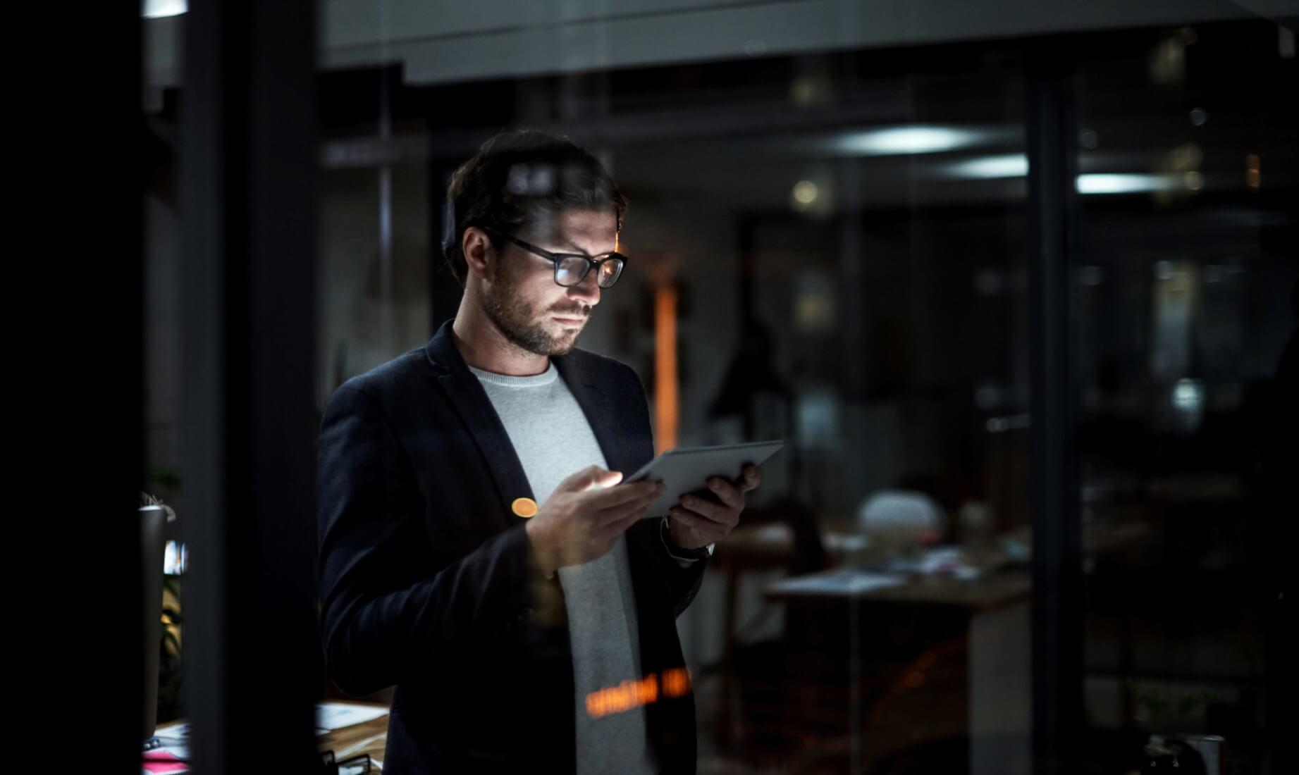 Marketing Mitarbeiter schaut auf sein Smart Phone