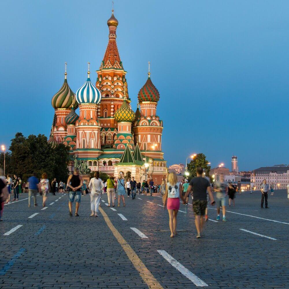 Menschen laufen in Moskau über den Roten Platz, wo viele Russen mit Yandex statt Google im Internet suchen