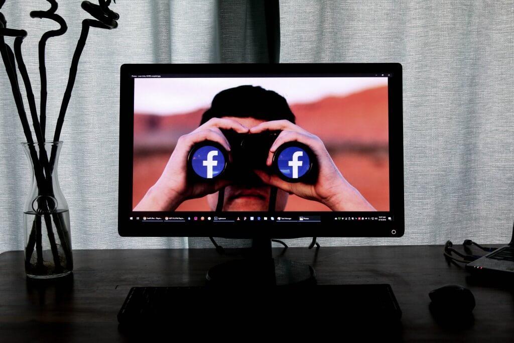 Screen auf dem ein Facebook Ads Mitarbeiter mit Fernglas nach vorne schaut