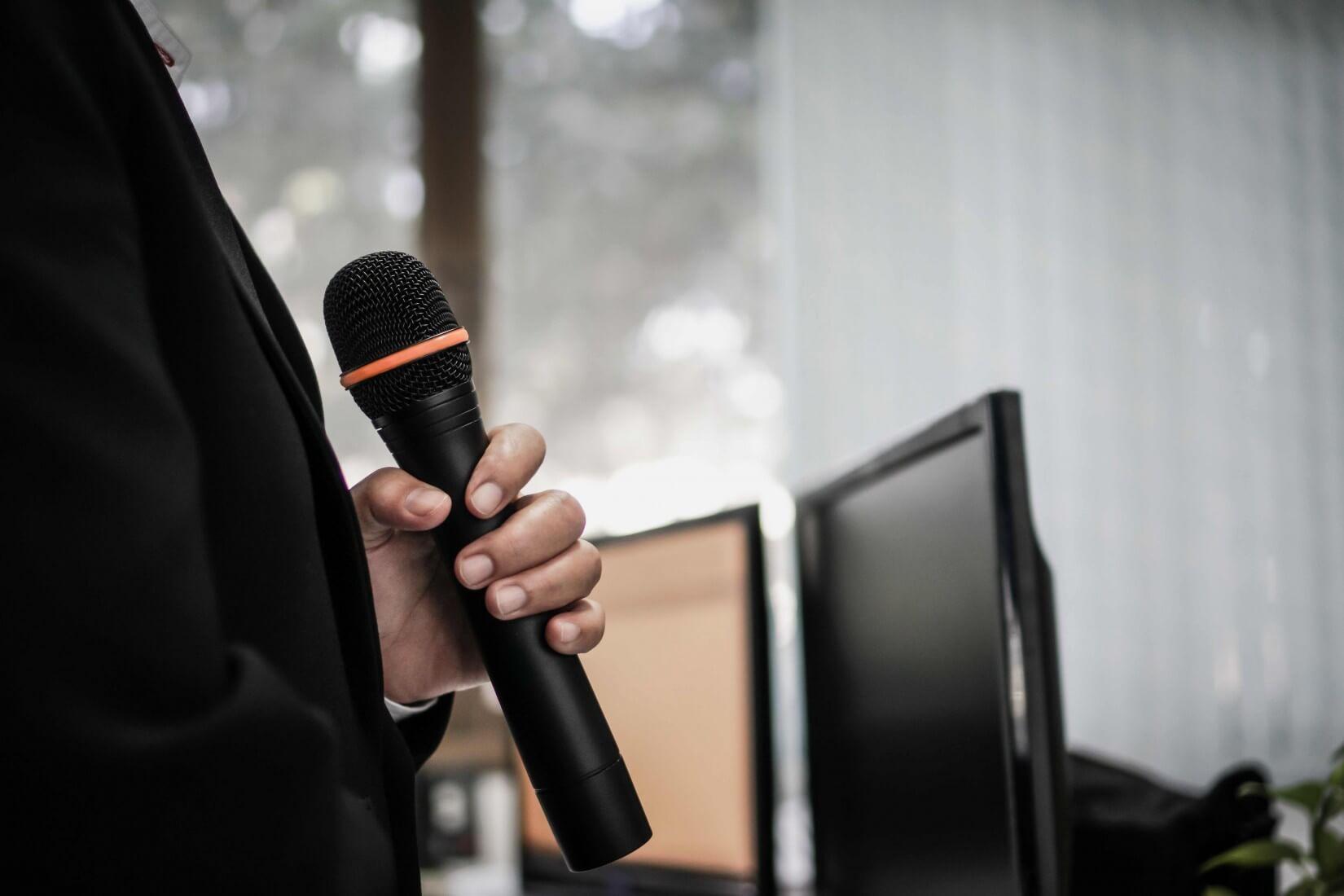 Keynote Speaker mit Mikrofon
